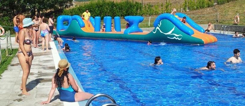 Hinchables en la piscina de taboadela saudeter - Hinchables de agua para piscinas ...