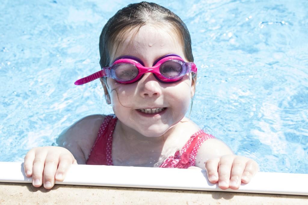ninos-piscina